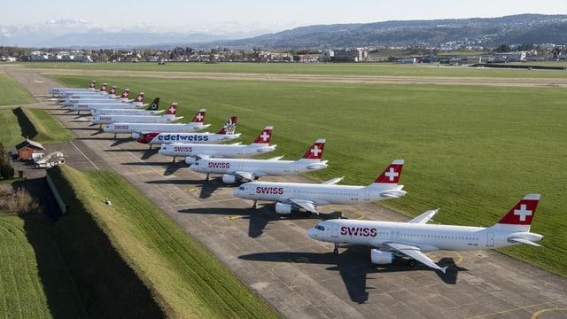 Flugzeuge am Flughafen.
