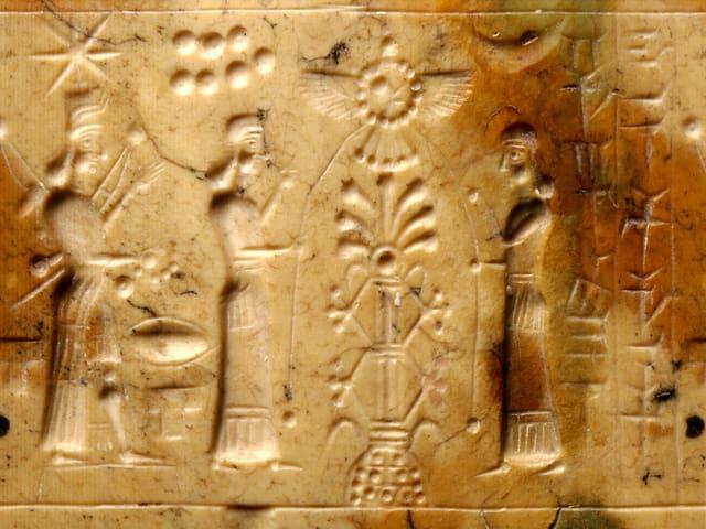 Eine in einen Stein gemeisselte Szene mit drei Menschen und kryptischen Zeichen.