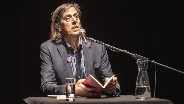 Pedro Lenz bei einer Lesung vor Mikrofon