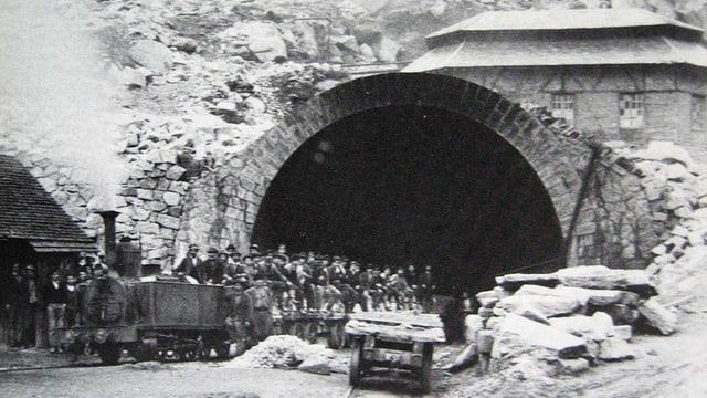 Alte Fotografie des Tunneleingangs