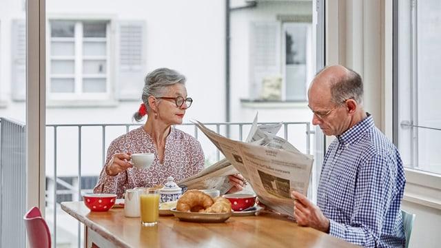 Gestellte Szene mit Seniorenpaar in einer Wohnung