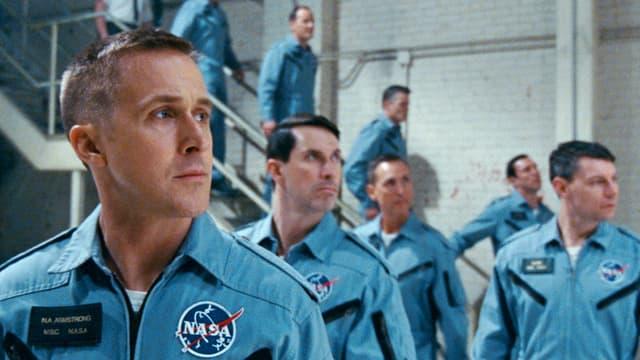 Männer in NASA anzügen laufen eine Treppe hinunter (Filmstil «First Man»).