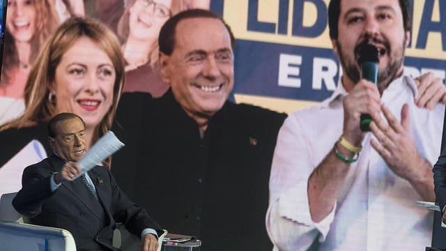 Berlusconi und Salvini auf einem Transparent