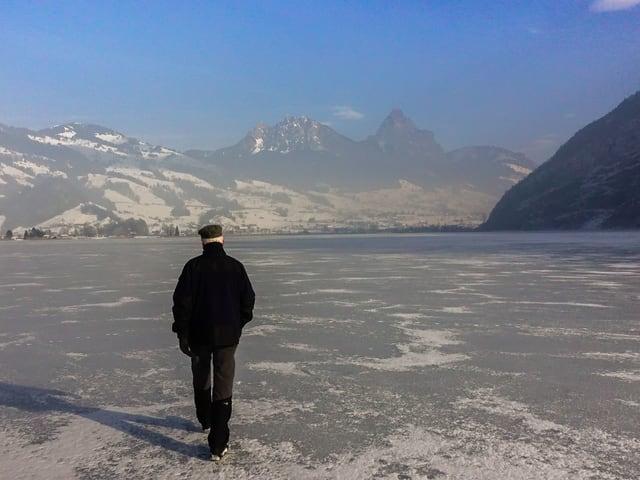 Ein Fussgänger wagt sich auf den gefrorenen Lauerzersee.