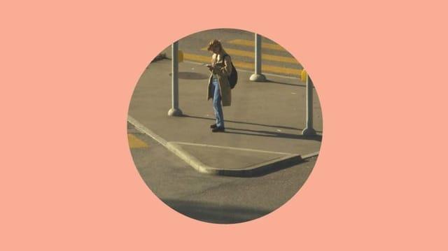 Blick durch eine matte Silhouette aufs Zürcher Alltagsleben im Film «Dene wos guet geit».