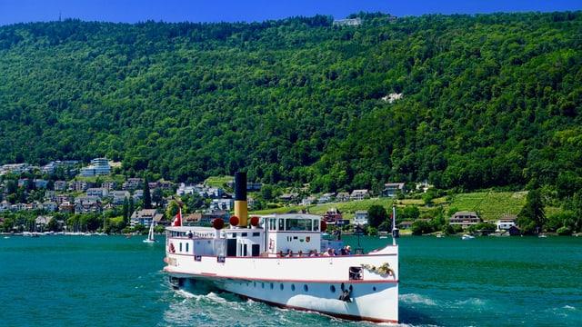 Kursschiff auf dem Bielersee, dahinter der Jura mit Magglingen auf der Krete.