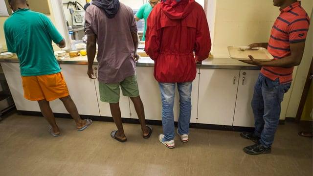 Asylsuchende stehen an für Essen