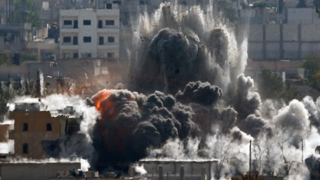 Mehrere Gebäude explodieren, schwarzer Rauch bildet sich