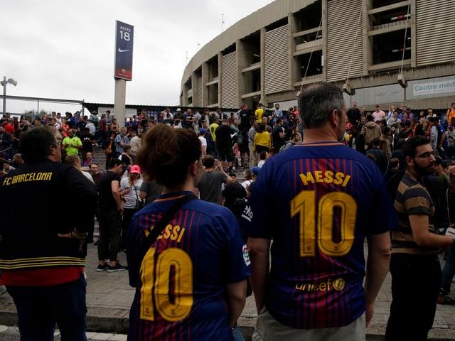 Barca-Fans vor dem Camp Nou.