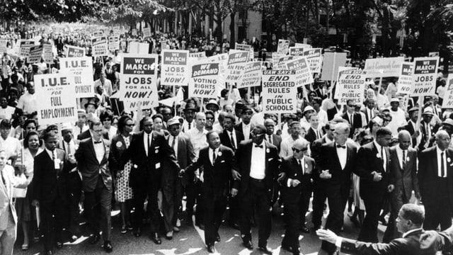 Frauen und Männer Demonstrieren