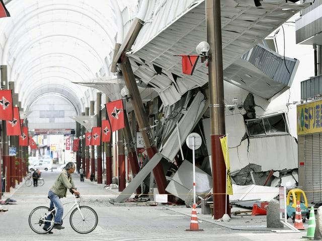 Innenaufnahme eines bechädigten Shopping-Centers
