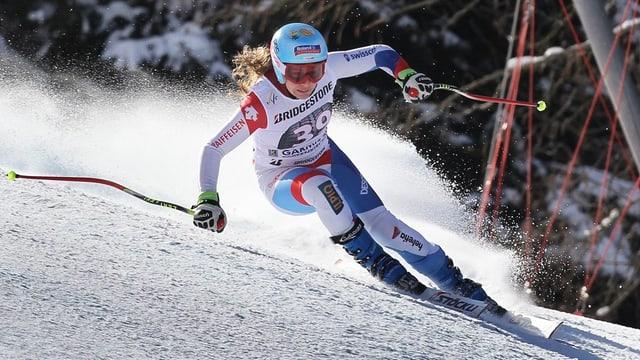 Purtret da Jasmine Flury durant ina cursa da skis.