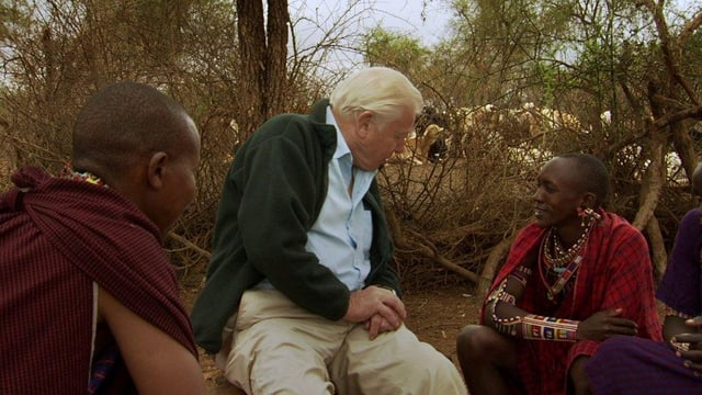 Naturfilmer David Attenborough bei einer einheimischen Familie.