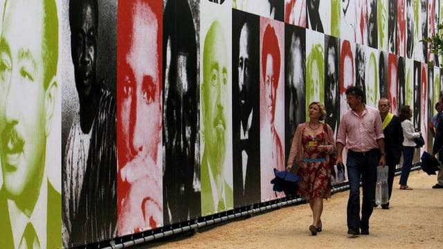 Portrait-Wand, auf der afrikanische Künstler abgebildet sind.