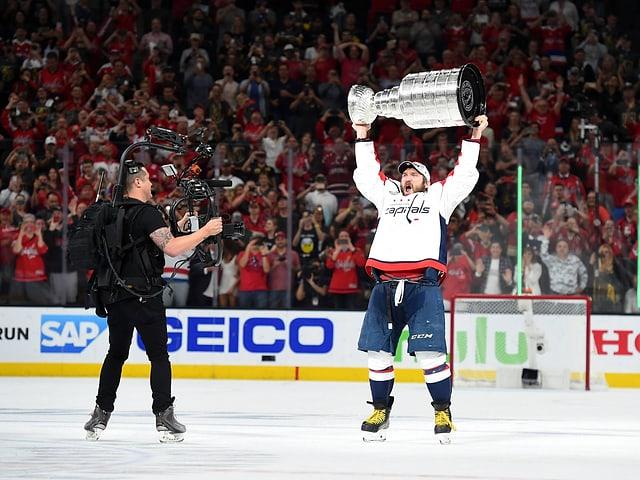 Captain Alex Owetschkin mit dem Stanley Cup.