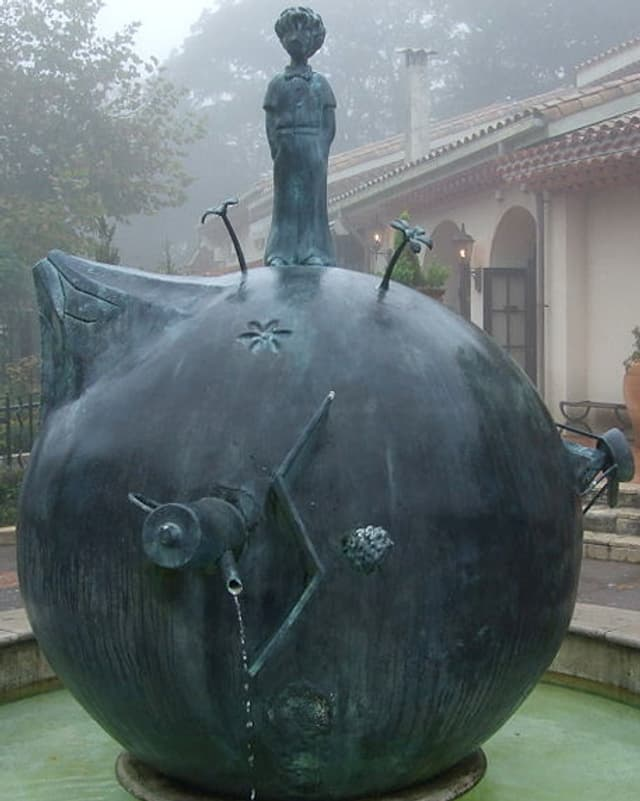 B612, der Asteroid aus dem Buch «Der kleine Prinz» als Wasserbruznnen im «Museum of The Little Prince» in Hakone, Japan