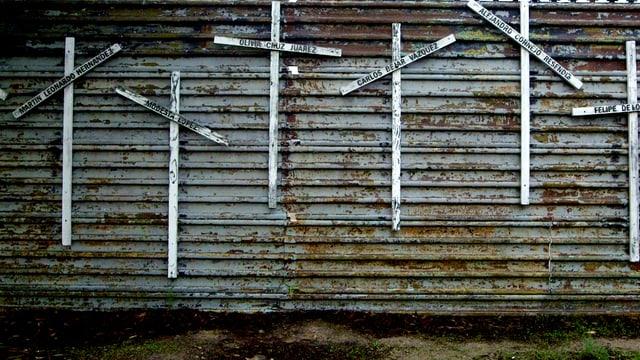 Kreuze erinnern an der Grenze an die toten Migranten.