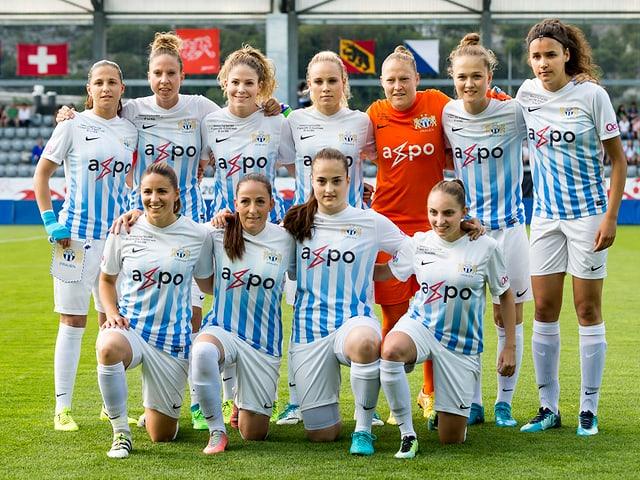 Der FC Zürich posiert fürs Teamfoto.