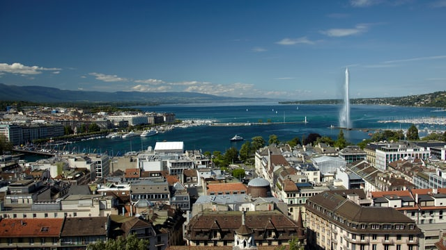 Symbolbild: Aufnahme von Genf mit dem Srpringbrunnen im Seebecken.
