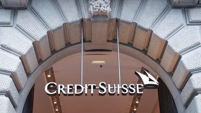 Logo da Credit Suisse vi da l'entrada da la banca.