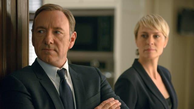 Ein Mann und eine Frau blicken schräg links.