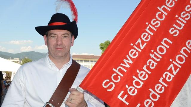 Die Fahne des Schweizerischen Turnverbands trägt jetzt ein Seeländer: Jan Christen vom Stadtturnverein Biel.