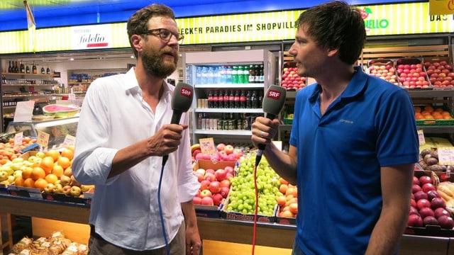 Luciano Marinello und SRF-Reporter Dominik Meier im Gespräch vor einer Marinello-Filiale.