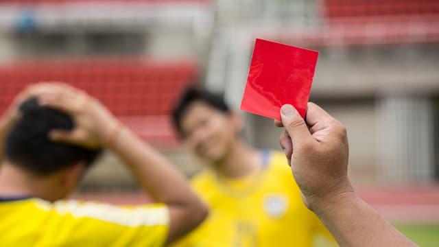 Symbolbild, Schiedsrichter zeigt rote Karte.