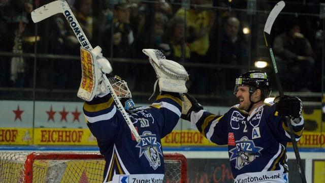 Eishockey-Spieler halten die Arme in die Luft.