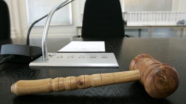 Gerichtshammer auf einem Tisch liegend