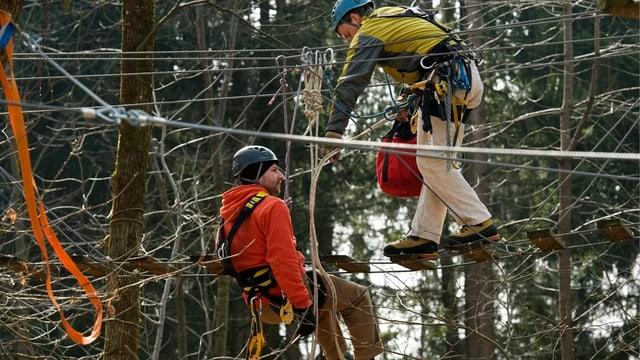 Zwei Teilnehmer im Park, viele Seile im Vordergrund