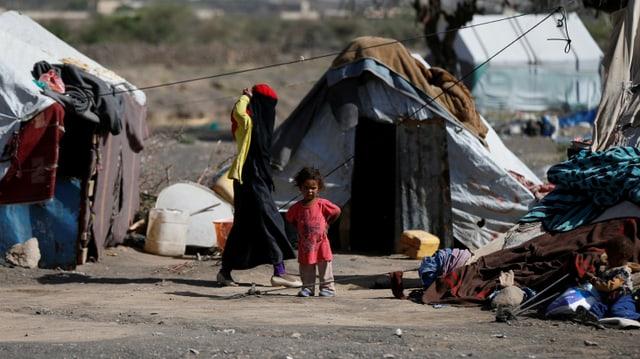 Eine vertriebene Familie in einem Zeltlager.