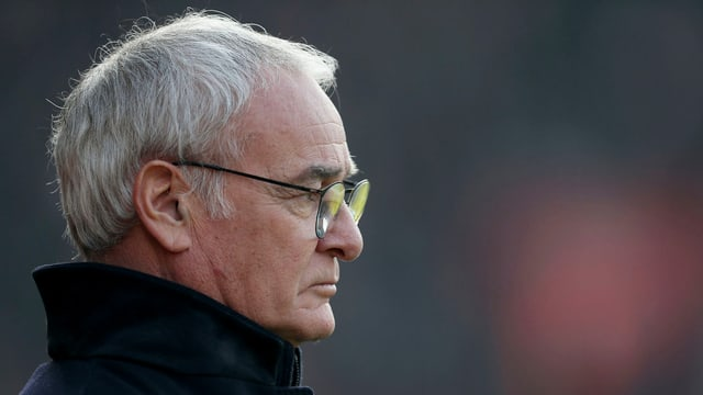 Claudio Ranieri im Profil fotografiert an der Seitenlinie