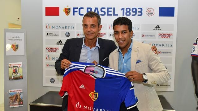 FCB-Präsident Bernhard Heusler posiert mit einem neuen FCB-Spieler.