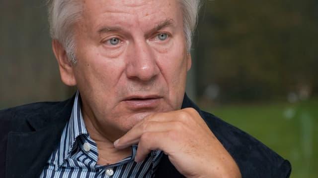 Der grauhaarige August-Wilhelm Scheer in denkender Pose.
