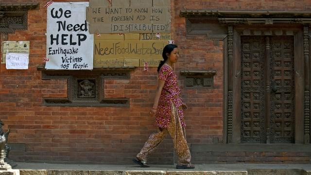 «Wir brauchen Hilfe, Wasser, Essen», steht auf Plakaten an einer Hausmauer in Bhaktapur. (reuters)