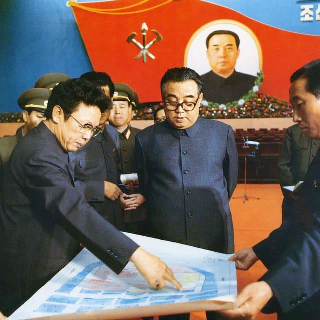 Kim Jong Sung (Mitte) und sein Sohn Kim Jong Il am Parteikongress 1980.