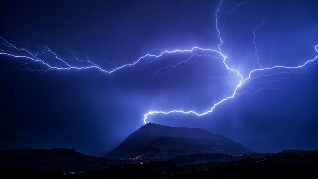 Blitzeinschlag in Berg. Es ist mit heftigen Gewittern zu rechnen.