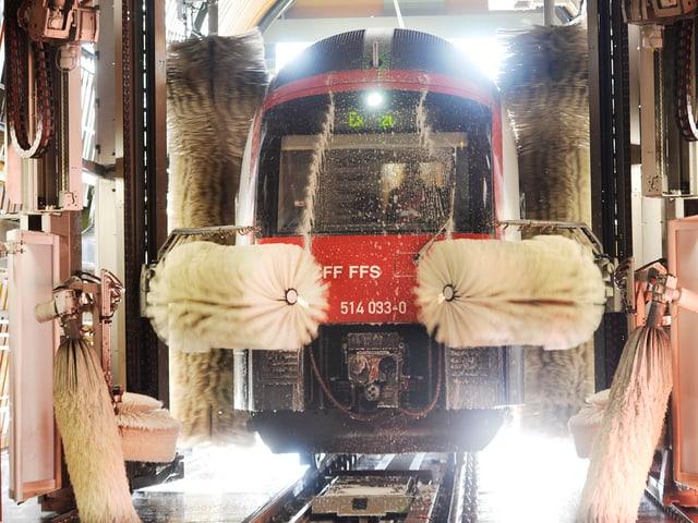 Ein Zug, von den Bürsten der Waschanlage in die Zange genommen.