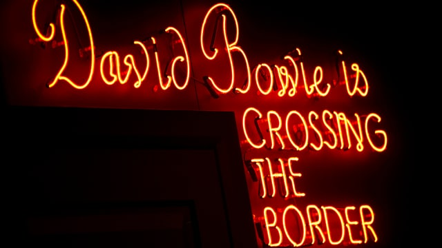 Neonschriftzug «David Bowie is CROSSING THE BORDER»