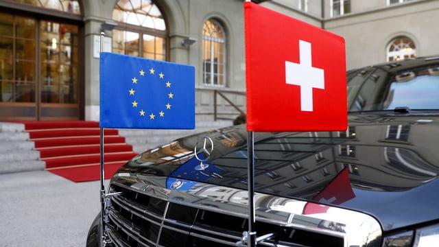 Ein EU- und ein Schweiz-Fähnchen an einer Limousine.