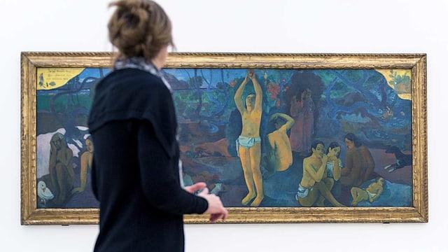 Eine Frau vor einem Gauguin-Gemälde.