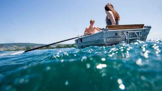 Ein Paar sitzt in einem Boot.