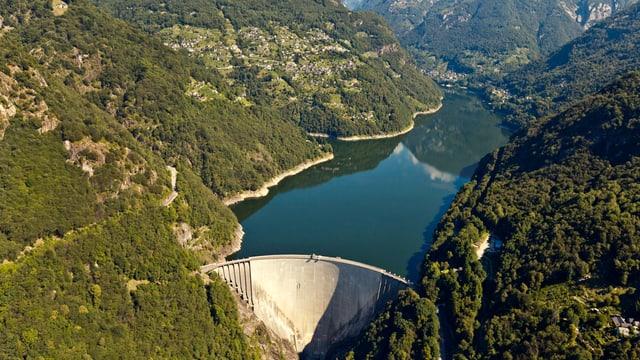 Luftaufnahme des Verzasca-Staudamms