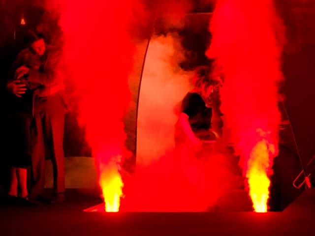 Rauch aus dem Boden, getaucht in rotes Licht.