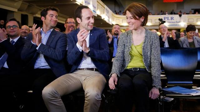 Gössi wird von den Parteikollegen Caroni und Wasserfallen beglückwünscht.