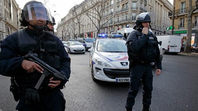 Polizisten in Paris mit Maschinengewehren