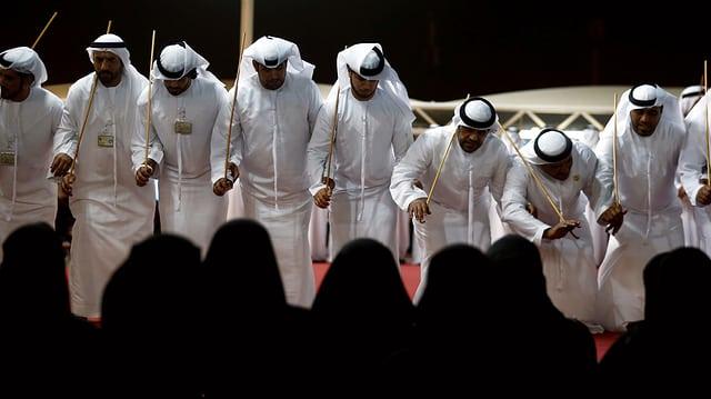Saudische Männer führen einen traditionellen Tanz auf.