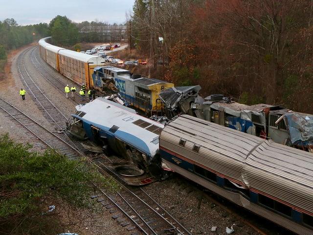 Gekippte Lokomotive von oben. Dahinter kaputte Waggons des Güterzuges.