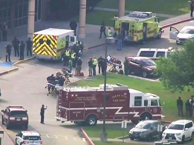 Polizei, Sanität und Feuerwehr sind mit einem grossem Aufgebot zur Schule ausgerückt.